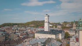 Ciudad a?rea Lviv, Ucrania Ciudad europea ?reas populares de la ciudad Ayuntamiento almacen de metraje de vídeo