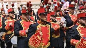 CIUDAD REAL HISZPANIA, KWIECIEŃ, - 14, 2017: Przechodzić orkiestra muzycy w tradycyjnych kostiumach podczas dnia korowodu Święty  zdjęcie wideo