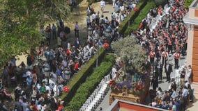 CIUDAD REAL, SPAGNA - 14 APRILE 2017: Sollevando le sculture sante in Prado fa il giardinaggio durante la processione del giorno  video d archivio