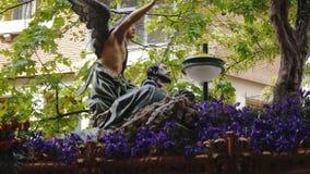 CIUDAD REAL SPANIEN - APRIL 14, 2017: Lyfta skulptur av helgon under dagprocession av Semana för helig vecka jultomten stock video