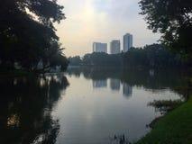 Ciudad reflejada en el lago Fotos de archivo
