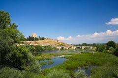 Ciudad Rodrigo - slott av Henry II av castilen och den Agueda floden Arkivfoton