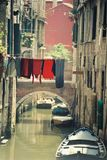 Ciudad romántica de Venecia en la puesta del sol con tres gondoleros en el agua imagenes de archivo