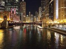 Ciudad Scape del río del edificio de la noche de Chicago foto de archivo