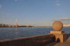 Ciudad septentrional rusa de St Petersburg terraplén Río de Neva Horizonte del granito Cielo azul Foto de archivo libre de regalías
