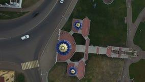 Ciudad superior de Chistopol de la visión con el cruce de las calles de la iglesia almacen de metraje de vídeo