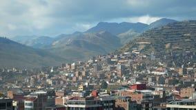 Ciudad suramericana con las colinas grandes en el fondo almacen de video