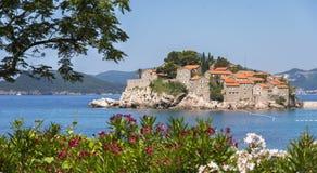 Ciudad Sveti Stefan en Montenegro Foto de archivo
