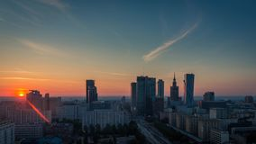 Ciudad Timelapse, Polonia de la salida del sol del horizonte de Varsovia