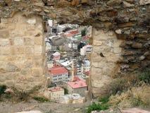 Ciudad a través de la ventana del castillo de Bayburt Fotos de archivo