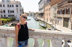 Ciudad turística feliz de Venecia que visita y diversión el tener en Italia imagenes de archivo