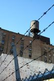 Ciudad urbana del alambre de púas imagen de archivo