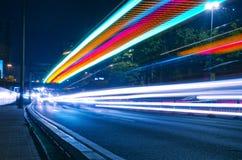 Ciudad urbana moderna con tráfico de la autopista sin peaje en la noche Foto de archivo libre de regalías