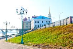 Ciudad vacía del muelle de Rybinsk en madrugada imagen de archivo
