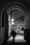 Ciudad vieja, antigua, noche, fantasma en invierno, nieve, linterna, BW Fotografía de archivo libre de regalías
