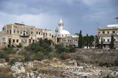 Ciudad vieja con la mezquita y ruinas con el cloudscape dramático en el neumático, amargo, Líbano Imagen de archivo