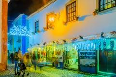 Ciudad vieja, con las decoraciones de la Navidad, Obidos Imágenes de archivo libres de regalías