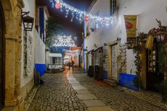 Ciudad vieja, con las decoraciones de la Navidad, Obidos Fotos de archivo libres de regalías