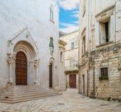 Ciudad vieja de Bisceglie, en la provincia de Barletta-Andria-Trani, Apulia, Italia meridional fotos de archivo