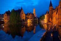 Ciudad vieja de Brujas en la noche Imagen de archivo libre de regalías