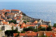 Ciudad vieja de Dubrovnik con las paredes cerca del mar Fotos de archivo libres de regalías
