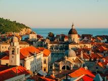 Ciudad vieja de Dubrovnik, Croatia Azoteas embaldosadas de casas Iglesia en th imagen de archivo libre de regalías