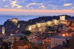 Ciudad vieja de Dubrovnik en la noche Fotos de archivo libres de regalías