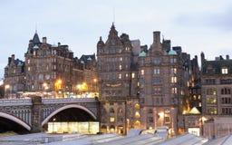 Ciudad vieja de Edimburgo en la noche Foto de archivo libre de regalías