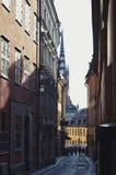 Ciudad vieja de Estocolmo en Gamla Stan con los edificios históricos a lo largo de la calle estrecha del adoquín Imagen de archivo libre de regalías