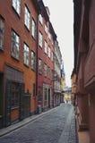 Ciudad vieja de Estocolmo en Gamla Stan con los edificios históricos a lo largo de la calle estrecha del adoquín Imagen de archivo