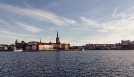 Ciudad vieja de Estocolmo y la iglesia alemana visible fotografía de archivo