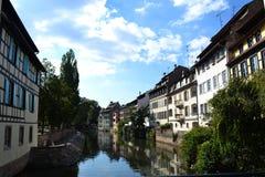 Ciudad vieja de Estrasburgo Francia en el agua en un verano caliente af soleado fotografía de archivo libre de regalías