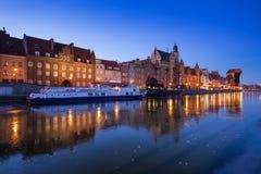 Ciudad vieja de Gdansk en el río congelado de Motlawa, Polonia Fotografía de archivo libre de regalías