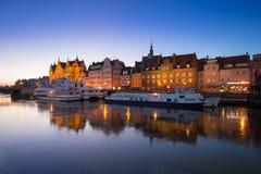 Ciudad vieja de Gdansk en el río congelado de Motlawa, Polonia Imágenes de archivo libres de regalías