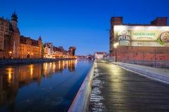 Ciudad vieja de Gdansk en el río congelado de Motlawa, Polonia Imagen de archivo libre de regalías