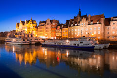 Ciudad vieja de Gdansk en el río congelado de Motlawa, Polonia Foto de archivo