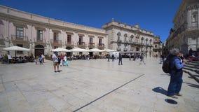 Ciudad vieja de Italia, Sicilia, Syracuse, plaza principal típica del restaurante almacen de video