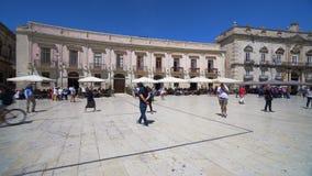 Ciudad vieja de Italia, Sicilia, Syracuse, plaza principal t?pica del restaurante almacen de metraje de vídeo