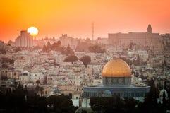 Ciudad vieja de Jerusalén - Israel incluyendo la mezquita azul en la puesta del sol fotos de archivo