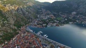 Ciudad vieja de Kotor Montenegro, puerto deportivo con el embarcadero y yates almacen de video