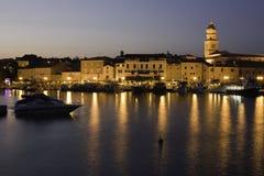 Ciudad vieja de Krk en la noche Imágenes de archivo libres de regalías