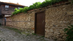 Ciudad vieja de la pared de piedra nessebar y vieja almacen de metraje de vídeo