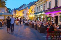 Ciudad vieja de los restaurantes turísticos zagreb imagen de archivo