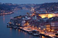 Ciudad vieja de Oporto en la oscuridad fotografía de archivo