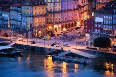 Ciudad vieja de Oporto en Portugal en la oscuridad Imagen de archivo