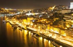 Ciudad vieja de Oporto, Portugal en el río del Duero en la noche Fotografía de archivo
