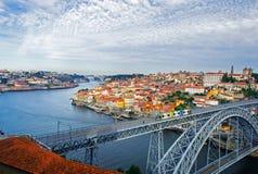 Ciudad vieja de Oporto, Portugal en la opinión del río del Duero con Dom Lu Foto de archivo libre de regalías