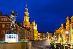 Ciudad vieja de Poznán en la fuente de Apolo de la noche Imágenes de archivo libres de regalías