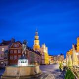 Ciudad vieja de Poznán en la fuente 4 de Apolo de la noche Imágenes de archivo libres de regalías