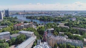 Ciudad vieja de Riga, Europa, señal, Letonia, Riga, arquitectura, paisaje urbano, medieval, calle, vuelo del abejón del turismo almacen de metraje de vídeo